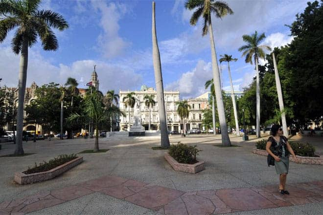 Parque Central de Havana e o belo edifício do Hotel Inglaterra