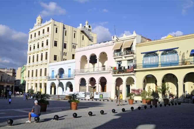 Uppbyggingin heldur áfram í hægum hraða á Old Havana Square