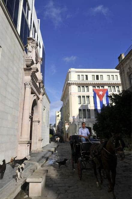 Bandeira de Cuba numa fachada do centro histórico de Havana