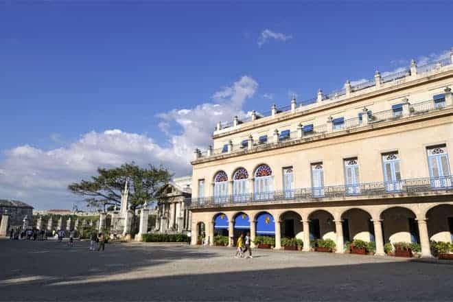 Framhlið Hotel Santa Isabel, á Plaza de Armas de Havana