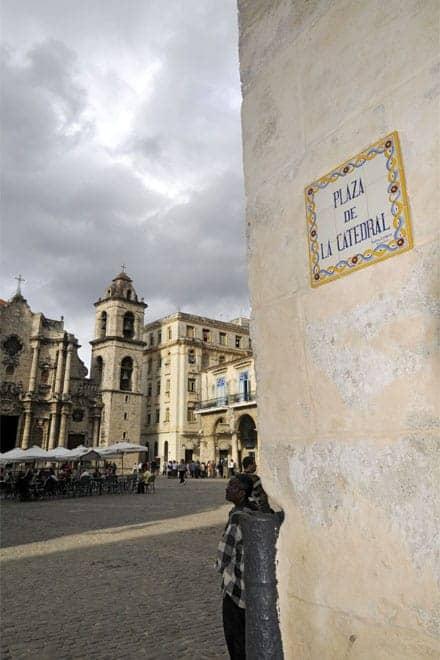 Azulejos Viúva Lamego anunciam a Praça da Catedral de Havana