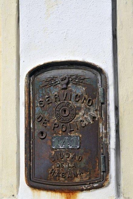 Pormenor de um antigo telefone de rua da Polícia