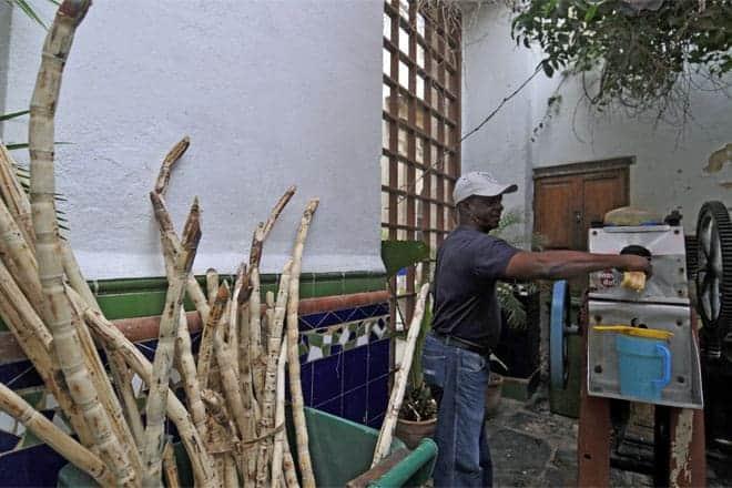 Preparando guarapo (sumo de cana-de-açúcar), bebida muito apreciada em Cuba