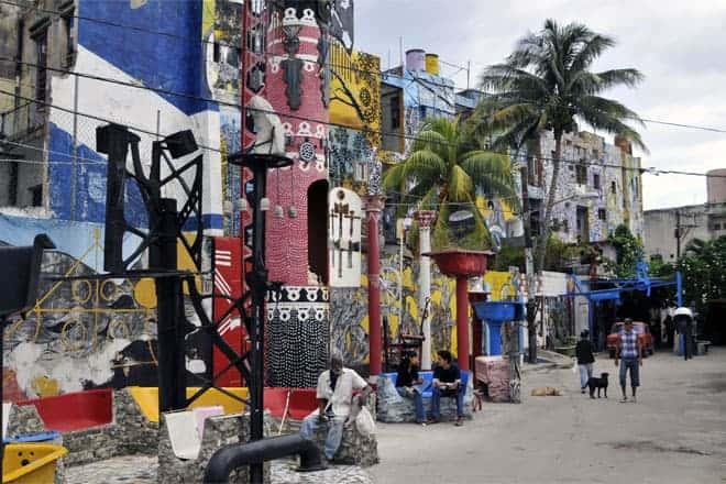 Útsýni yfir Callejón de Hamel, mest einkennandi götu í Havana