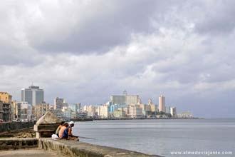 À pesca no malecón de Havana, com os prédios de Vedado ao fundo