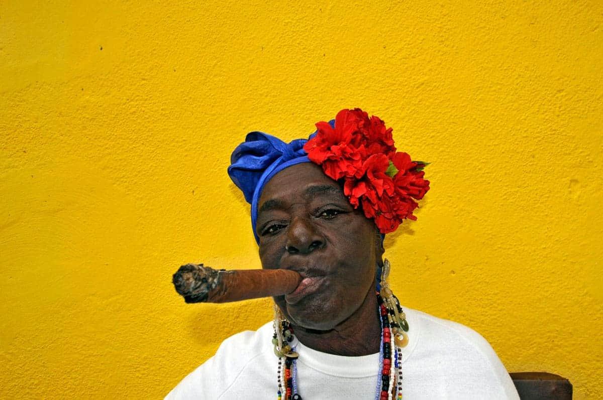 Mulher cubana posando para a fotografia