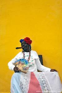 Cubana posando para a objectiva do fotógrafo, em Havana
