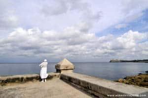 Orando a Iemanjá, orixá dos lagos, mares e fertilidade, no malecón de Havana, Cuba