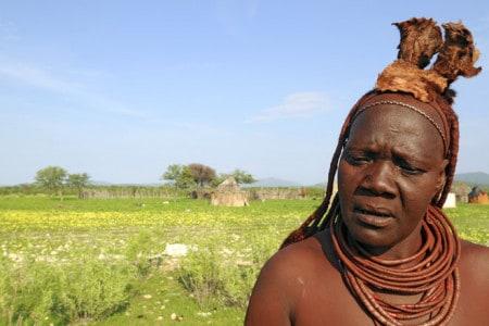 Mulher de etnia Himba na sua pequena aldeia próxima de Opuwo, Noroeste da Namíbia