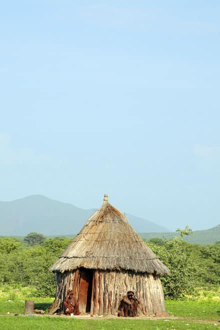 Casal de etnia Himba à porta da sua cubata, região de Opuwo