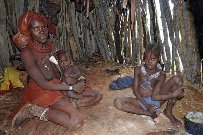 Os himba vivem num ambiente de total simplicidade: interior de uma cubata