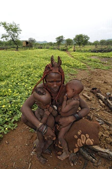 Família Himba, a caminho da aldeia de Epemba, no Noroeste da Namíbia