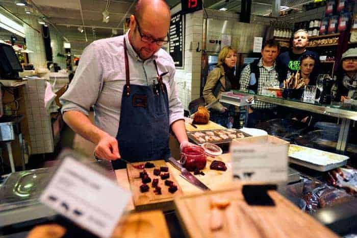 "Preparando ""pudim de sangue"" no mercado Hotorgshallen Saluhall"