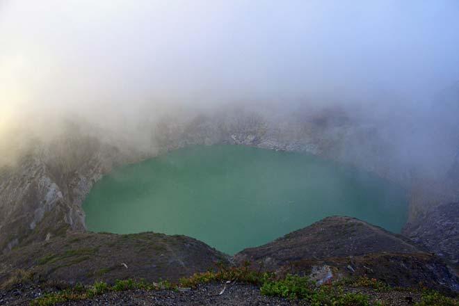 Lagoa no vulcão Kalimantu, Ilha das Flores