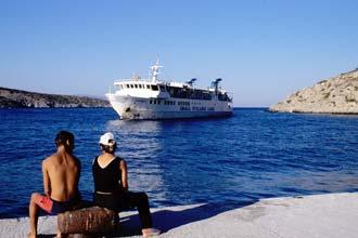Um ferryboat em Ikrália, ilhas Cíclades, Grécia