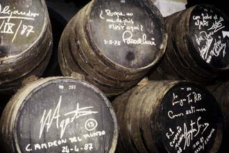 Assinaturas de visitantes nas pipas de xerez: Paco de Lucia, Orson Welles, Ayrton Sena e muitos outros