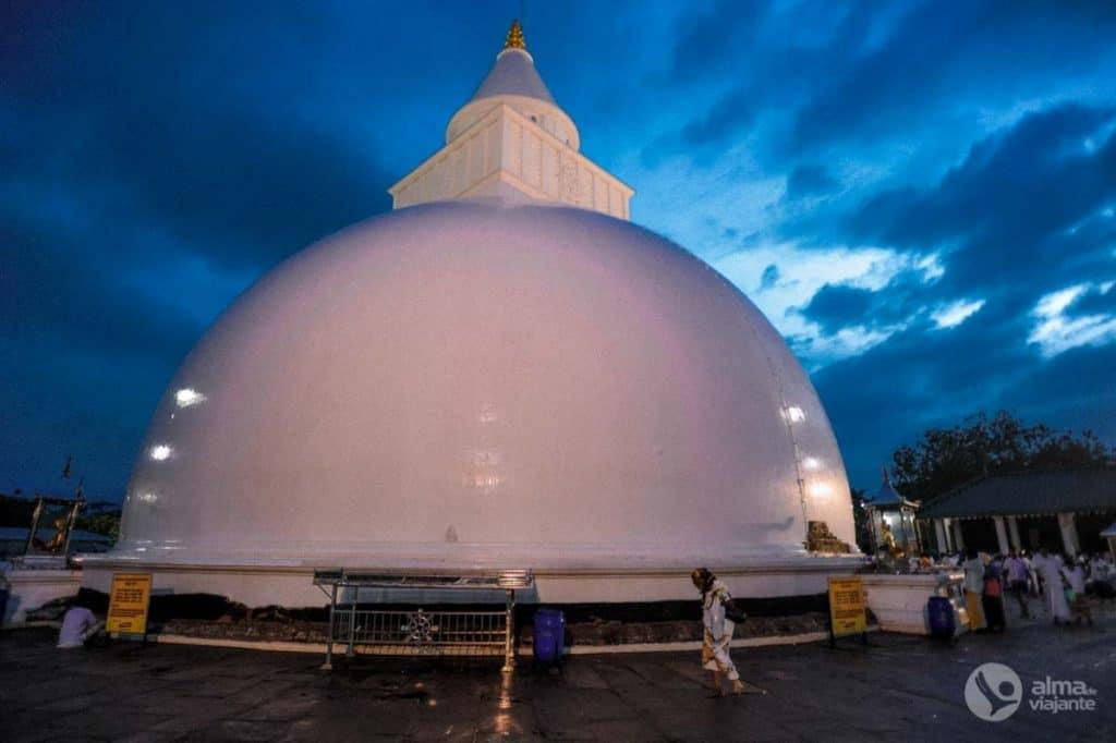 Puja de Kataragama: stupa do temploKiri Vehera