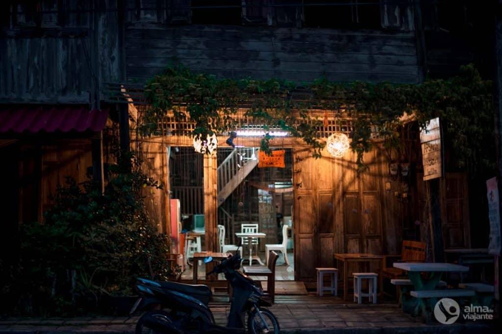 Viver em Koh Lanta: casa de madeira