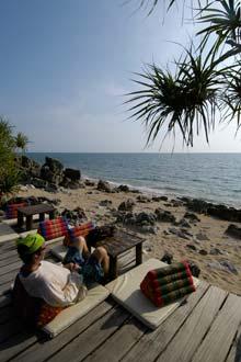 Turist u udobnom baru na plaži u Koh Lanti