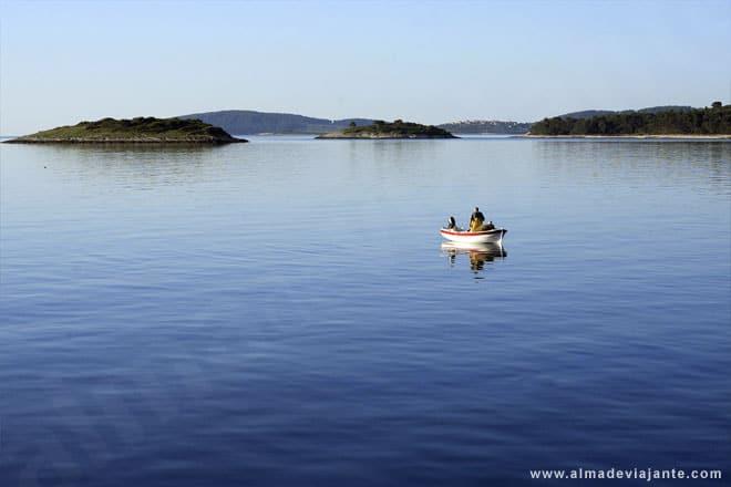 Pequena embarcação ao largo da ilha de Korcula