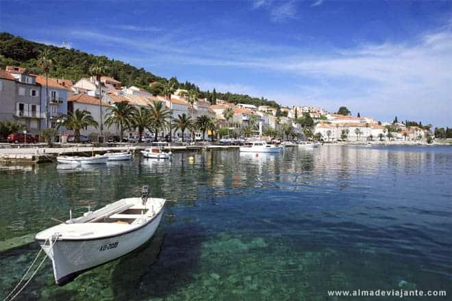 Vista parcial do porto ocidental de Korcula, na ilha homónima, Croácia