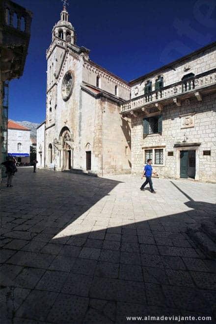 Praça Sv Marka Statuta, em Korcula, Croácia