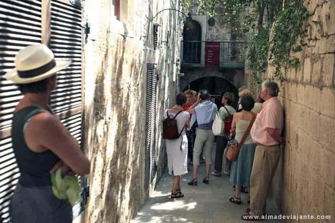 Turistas olhando a casa de Marco Polo, em Korcula