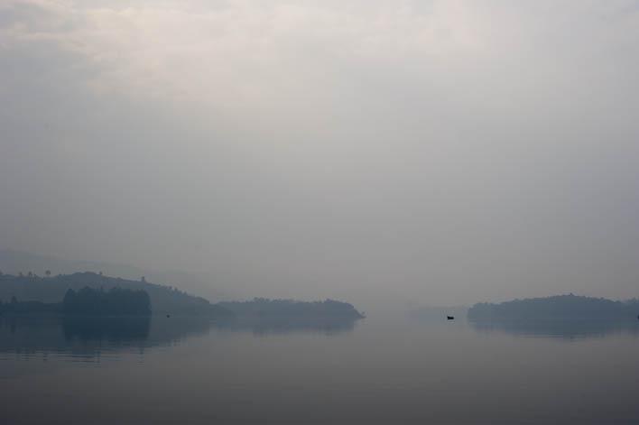 Amanhecer no lago Bunyonyi
