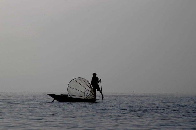 Pescador no lago Inle, Myanmar