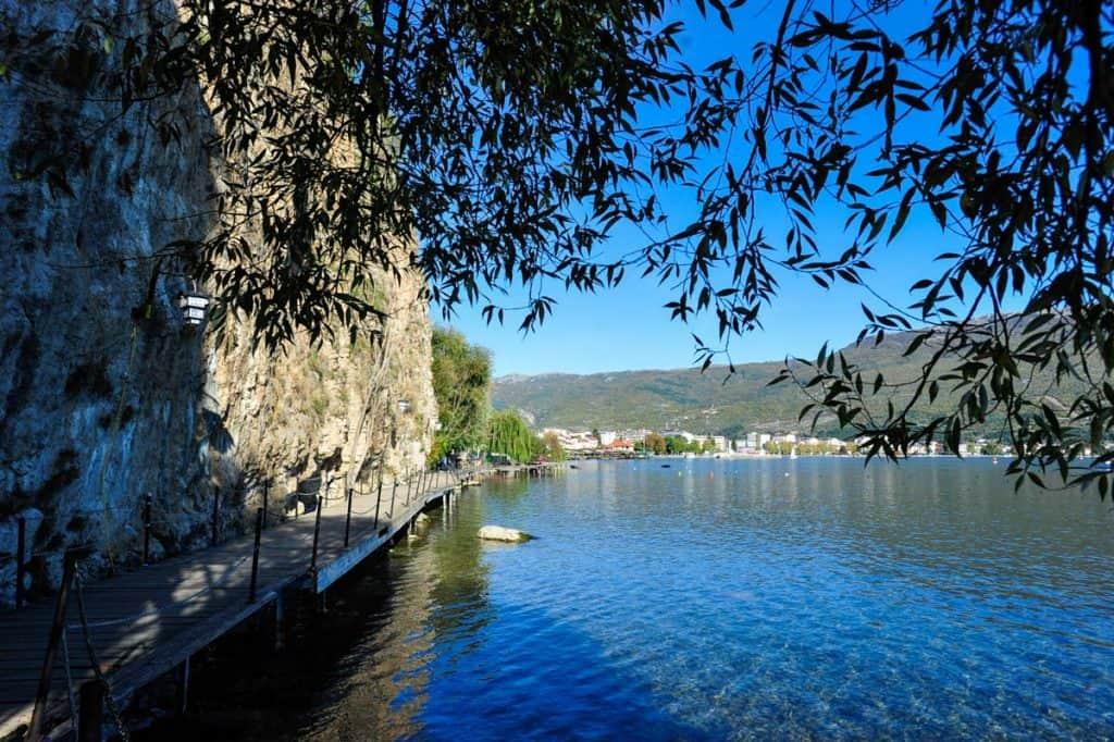 Passadiço de madeira sobre o Lago Ohrid Macedónia