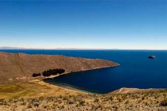 Vista da ilha do Sol, próxima de Copacabana, na região boliviana do Lago Titicaca