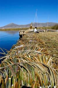 As ilhas flutuantes Los Uros são feitas com camadas de juncos sobrepostas