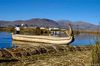 Embarcação usada pelos habitantes das ilhas flutuantes Los Uros, Peru