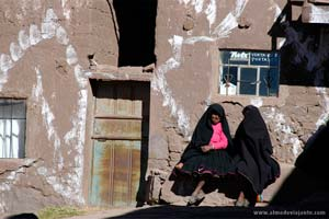 Habitantes da povoação principal da ilha Taquile, Lago Titicaca