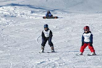 Esquiadores numa pista de iniciação ao esqui de La Plagne, Alpes Franceses