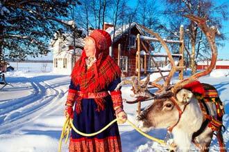 Habitante da Lapónia e sua rena, próximo de Rovaniemi