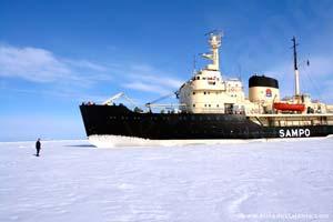 Navio quebra-gelo na Lapónia