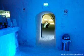 Interior de um hotel de gelo no norte da Finlândia