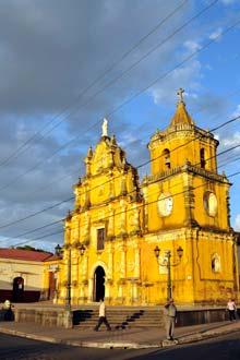 Entardecer na igreja da Recolecção, León, Nicarágua