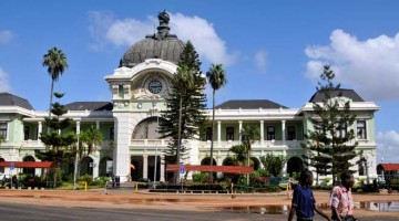 Maputo, acácias e sorrisos