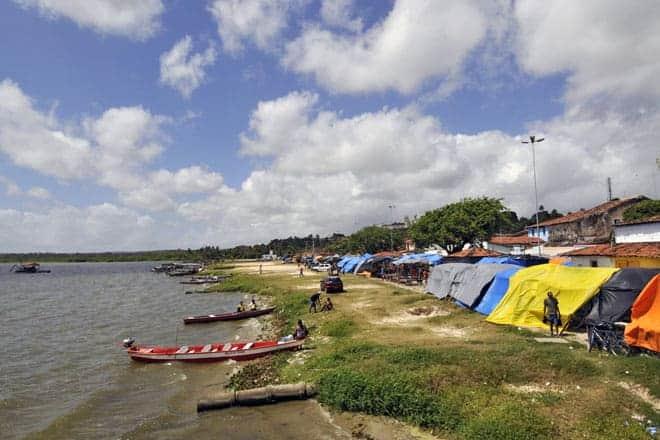 Marechal Deodoro vista do rio em dia de mercado