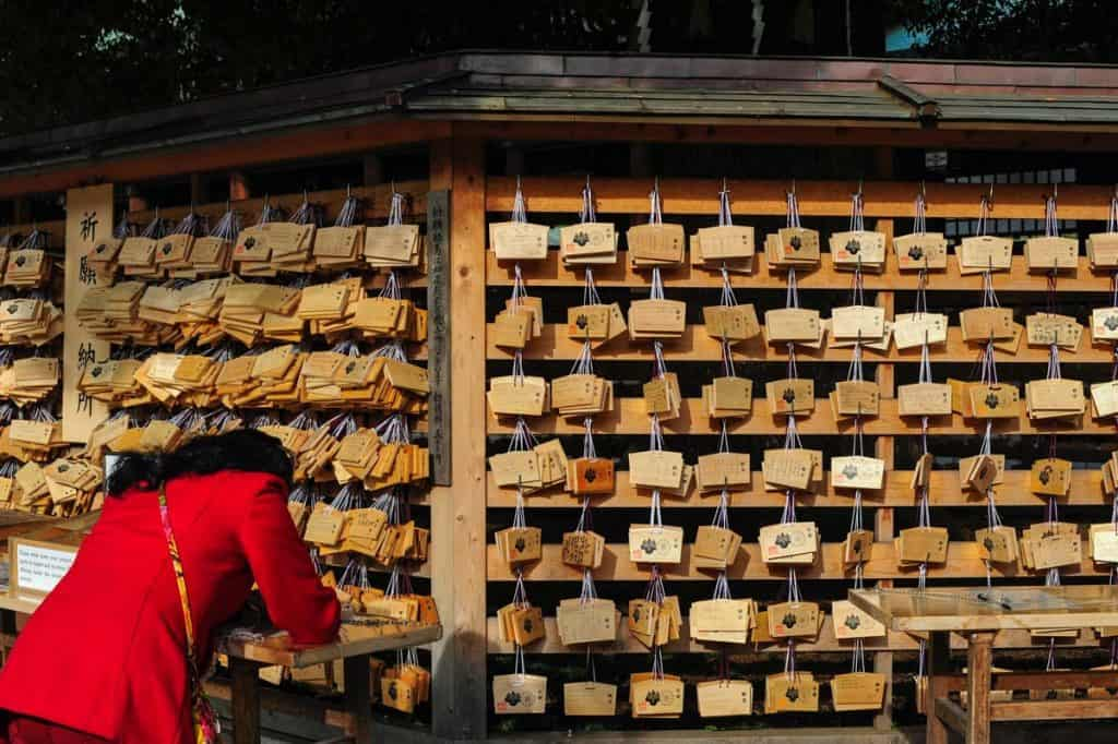 Pedidos e orações no santuário xintoísta Meiji Jingu