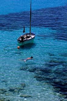 As águas translúcidas da ilha Menorca