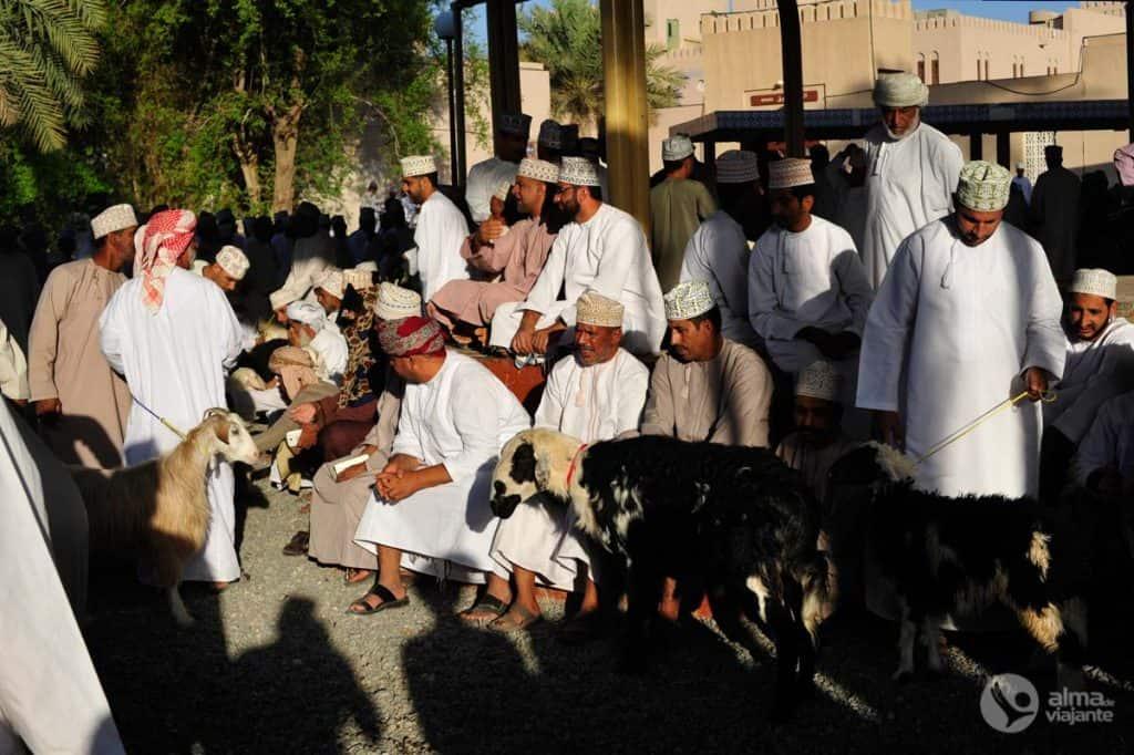Homens no mercado de cabras de Nizwa