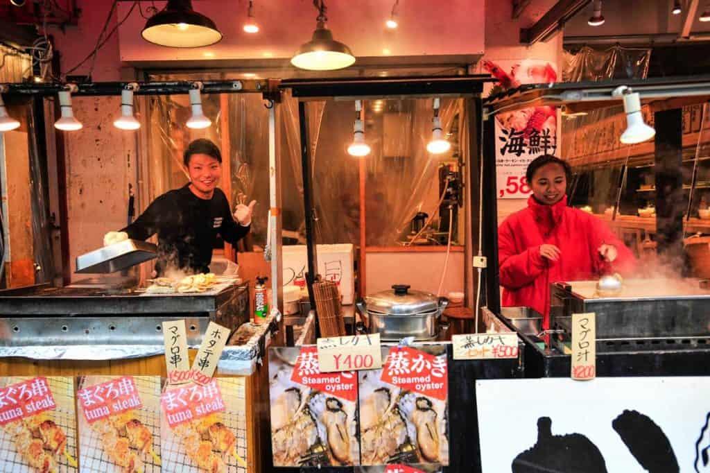 Banca de comida no mercado Tsukiji