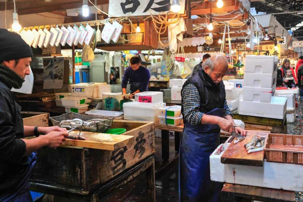 Amanhando peixe em Tsukiji