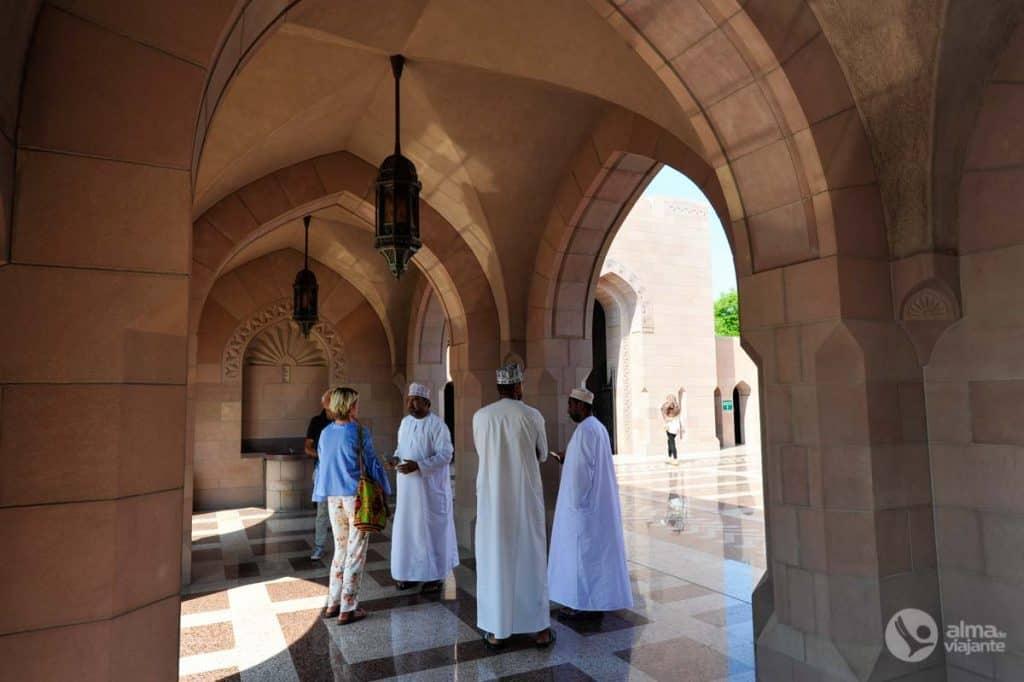 Taxistas na entrada da Mesquita Sultan Qaboos