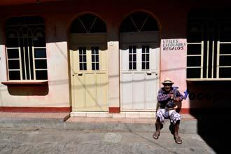 Miguel Puac à porta de sua casa em San Pedro la Laguna