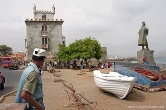 Réplica da Torre de Belém e estátua de Diogo Afonso, na Avenida Marginal do Mindelo, Cabo Verde