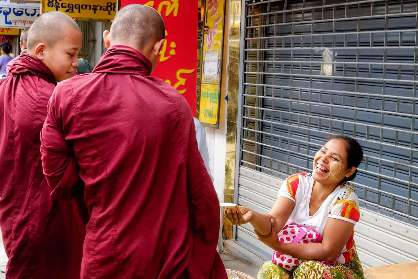 Monges budistas recolhendo oferendas em Yangon